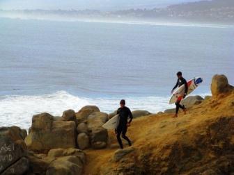 Dos personas haciendo surf